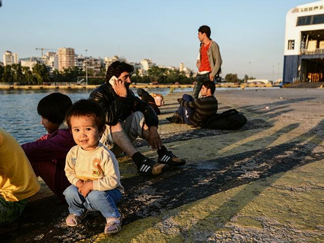 Syrische Flüchtlinge am Hafen von Piräus, Griechenland.