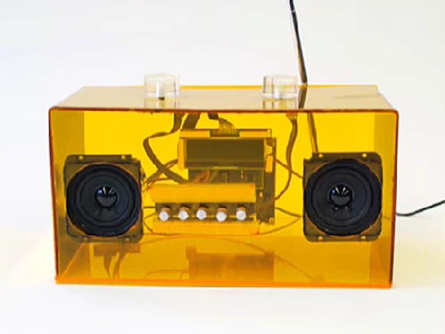 Ein gelbes durchsichtiges Radio.