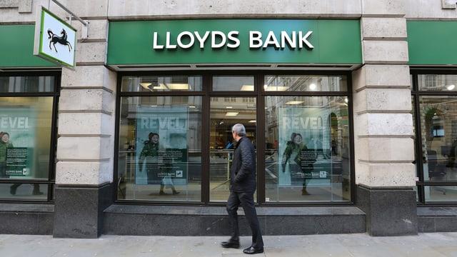 Schriftzug der Bank an einer Filiale in London