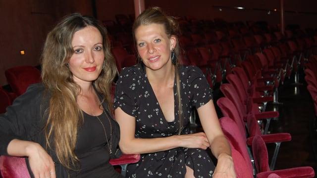 Zwei Frauen im Theatersaal.