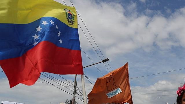 Ina bandiera da la Venezuela en l'aira.