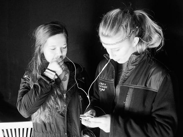 Jessica und Elise mit Kopfhörern