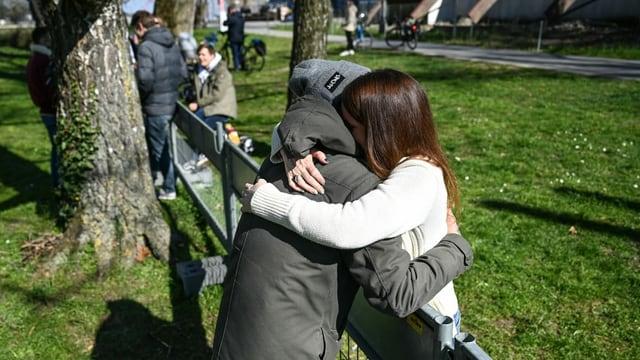 Liebe in Zeiten von Corona: Menschen treffen sich - bz Basel