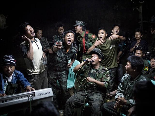Singend und johlende Soldaten.