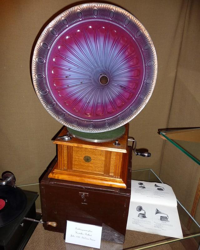 Grammophon mit grossem Trichter.