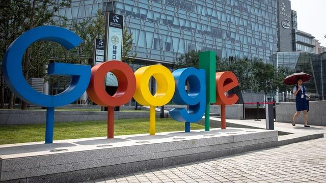 Google-Schriftzug steht vor einem Haus.