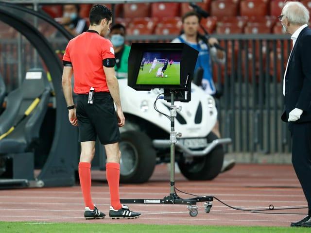 Schiedsrichter Adrien Jaccottet konsultiert das Video.