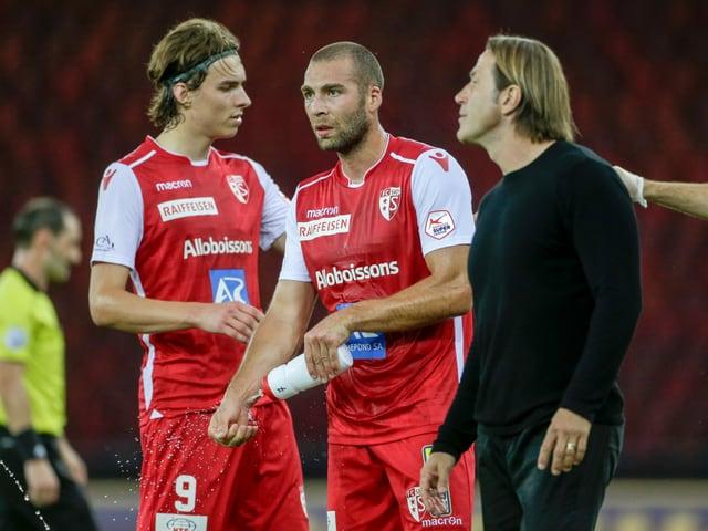 Sion-Trainer Paolo Tramezzani gibt Anweisungen.