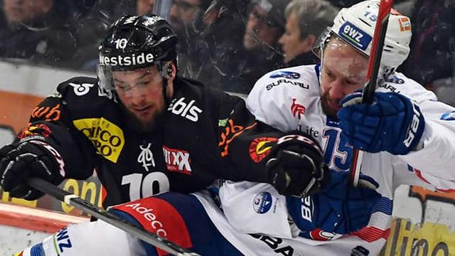 Szene eines Duells zwischen zwei Spielern aus einem Eishockeyspiel der Teams ZSC Lions und SC Bern