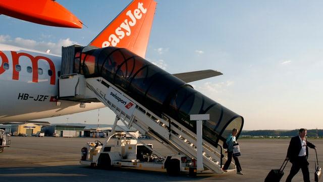 Passagiere steigen am Euroairport aus einem Easyjet-Flugzeug aus.