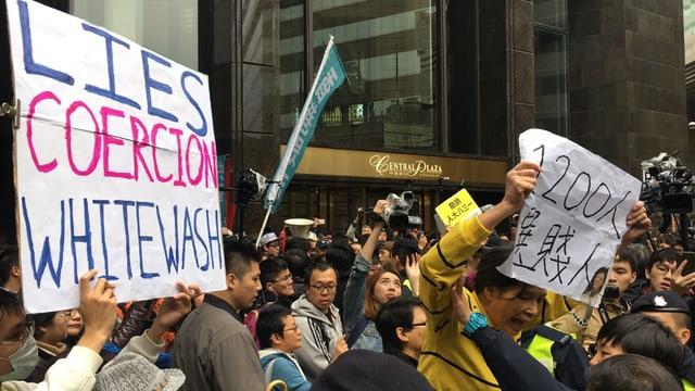 Vor dem Kongresszentrum in Hongkong protestieren die Menschen gegen das Wahlverfahren.