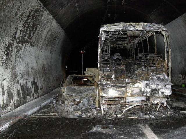 Verbrannter Bus samt Auto