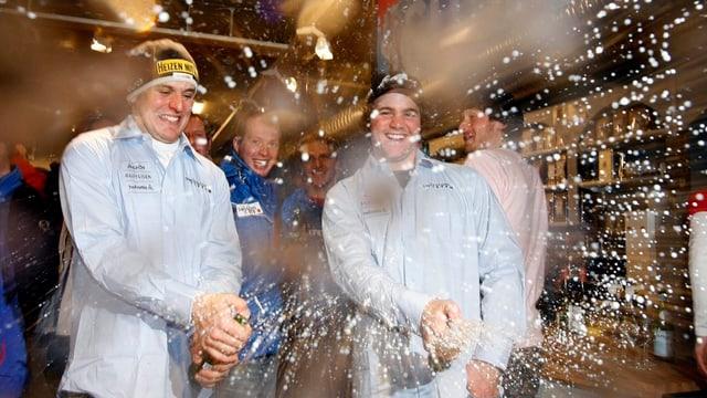 Berthod ed Albrecht fan duscha da schampagner.