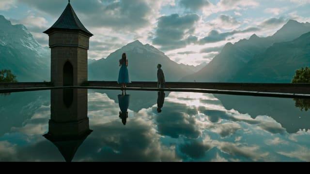 Charaktere Lockhart und Hannah stehen vor einer wunderschönen Bergkulisse.
