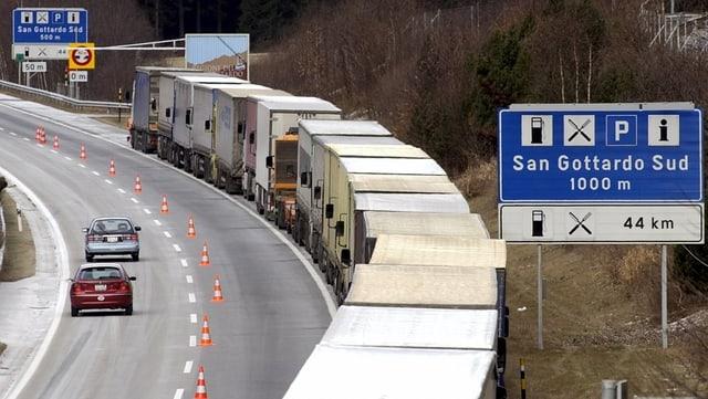 Purtret d'ina colonna da camiuns al Gotthard.
