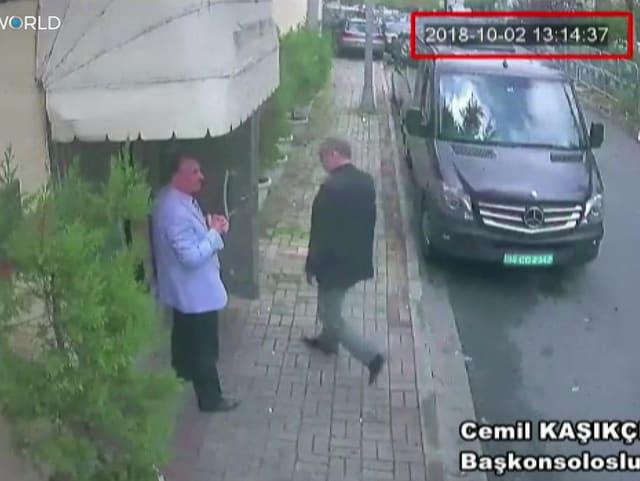 Bild einer Überwachungskamera: Ein Mann betritt ein Gebäude.