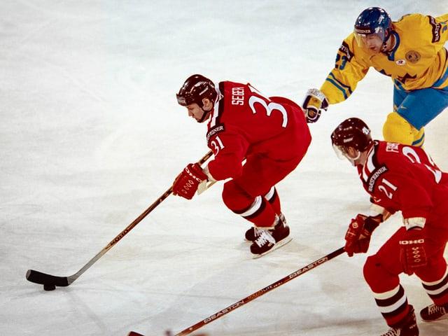 Nati-Spieler Seger ist schneller am Puck als der schwedische Verteidiger.
