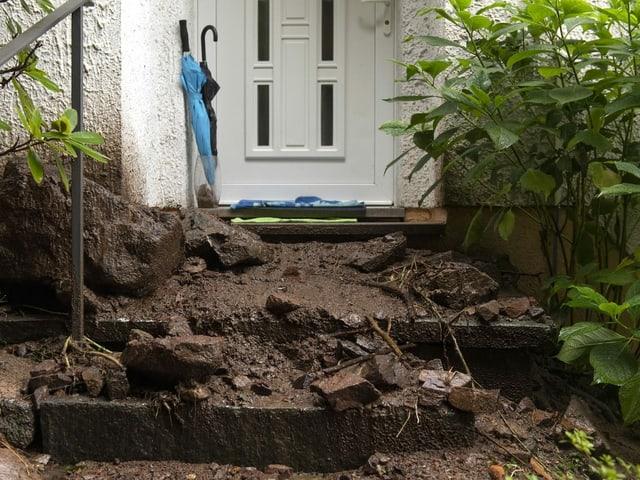 Geröll und Schlamm bis vor die Haustüren - nach einem Erdrutsch in Bissone im Bezirk Lugano.
