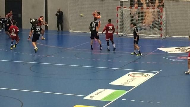 Ein Handballspieler wirft einen Ball Richtung Tor
