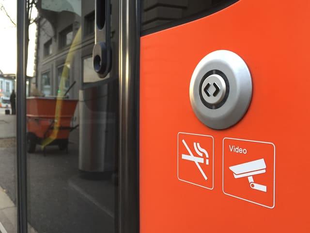 Türöffner-Taste an Bus