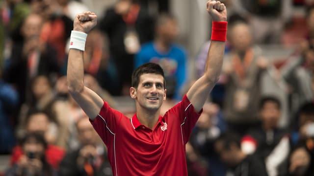 Novak Djokovic reisst die Arme in die Höhe