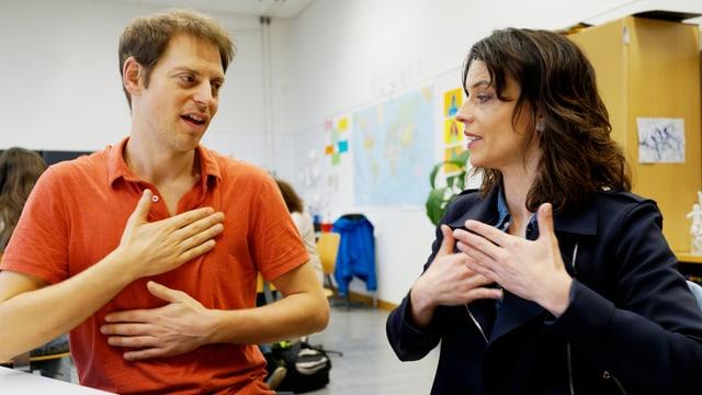 Fingerfertigkeit gefragt: Gebärdensprachlehrer Emanuel Nay übt mit Mona Vetsch.