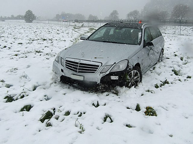 Von der Fahrbahn abgekommen in Niederurnen. Auto steht im Schnee.
