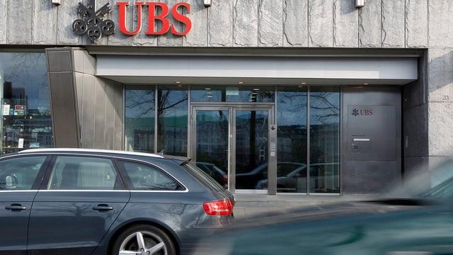 Der Haupteingang der UBS-Filiale am Paradeplatz in Zürich. (keystone)