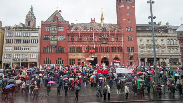 Marktplatz mit Demonstranten