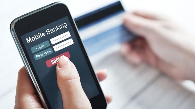 Smartphone mit geöffneter Mobile-Banking-App.