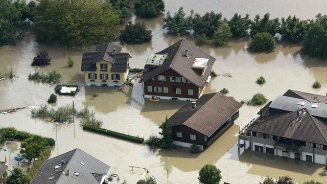 Hochwasser überflutet Häuser in Sarnen