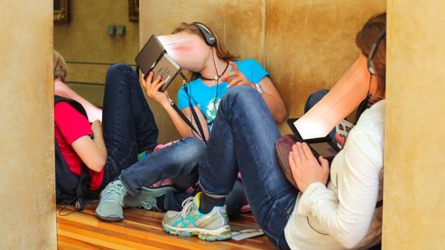 Teenager mit zum iPad hin verzerrten Gesichtern.