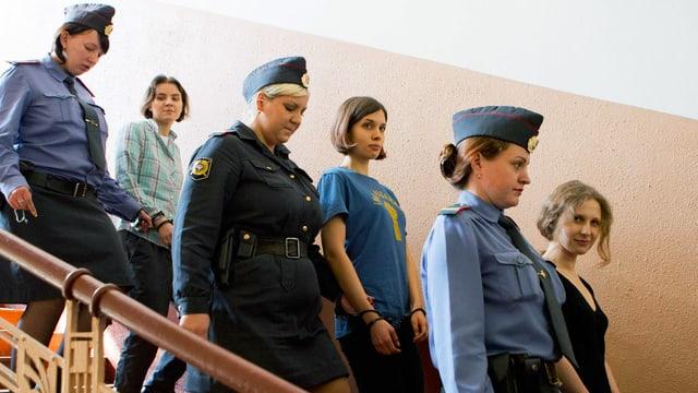 Die drei Pussy Riot-Aktivistinnen auf dem Weg in den Gerichtssaal.