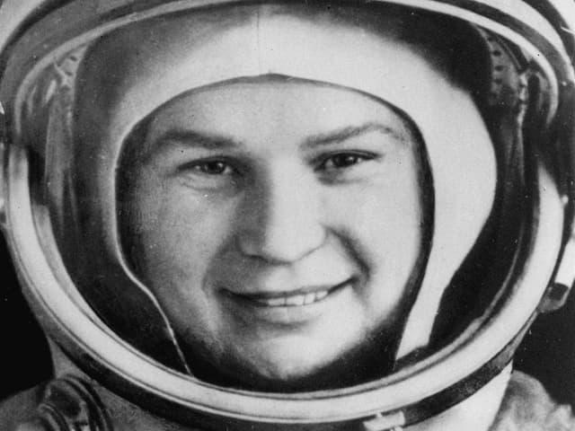 Porträtaufnahme in mit Astronautenhelm von Valentina Tereschkowa, kurz vor ihrem Start ins All.