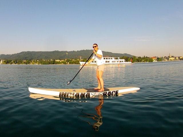 SRF 3 Reporterin Simona Caminada auf einem Stand Up Paddleboard