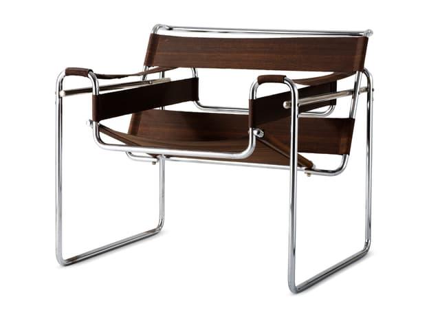 Stuhl mit geschwungenen Eisenbeinen.