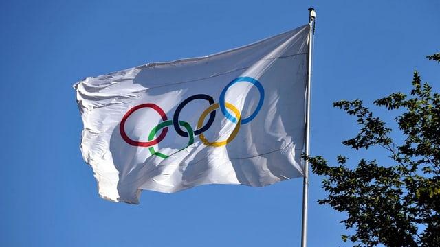 la bandiera olimpica sgulatscha en il vent