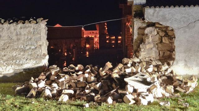 Friedhofsmauer, mittlerer Teil ist herausgebrochen.