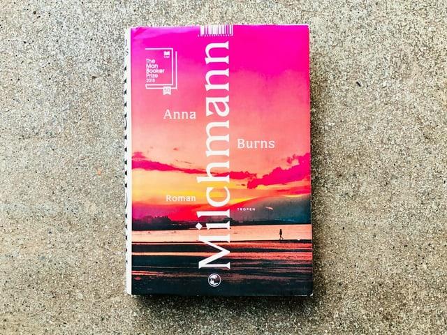 Der Roman «Milchmann» von Anna Burns liegt auf einem Zementboden