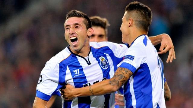 Drei Porto-Spieler jubeln.