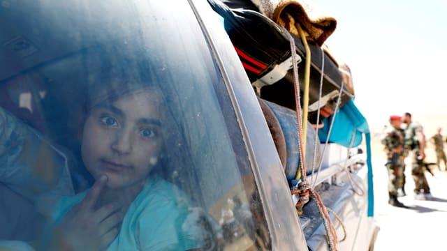 Mädchen blickt aus einem Autofenster