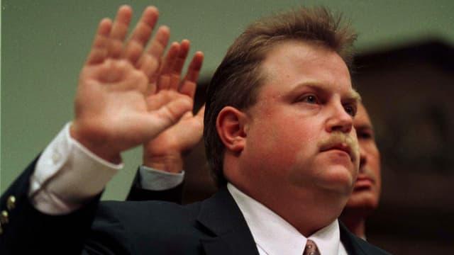 Der echte Richard Jewell schwört 1997 vor Gericht, die Wahrheit zu sagen.