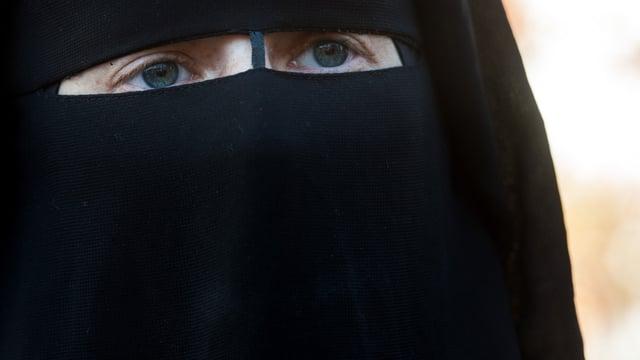 Eine Frau trägt einen Burka.
