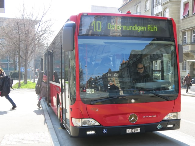 Zu sehen ist ein 10er-Bus, der Richtung Ostermundigen Rüti fährt.