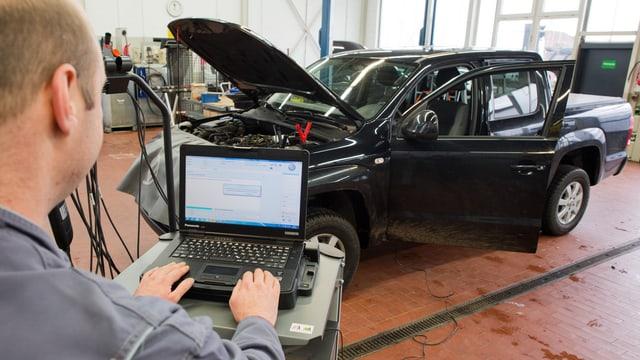 in auto en garascha, a sanestra è in mecanist che controllescha la software da l'auto