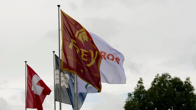 La bandiera da Chocolat Frey sgulatscha en il vent avant la fabrica a Buchs.