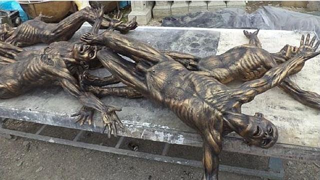 Die «Leichen» liegen auf einer Strasse.