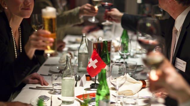 Ein Tisch mit Schweizer-Fähnchen.