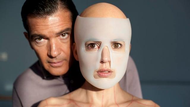 Antonio Banderas und sein «Opfer» im Film «La piel que habito».