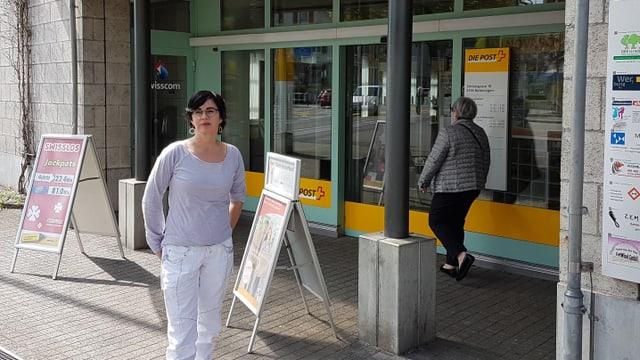 Frau Moser vor der Post in ihrer Gemeinde